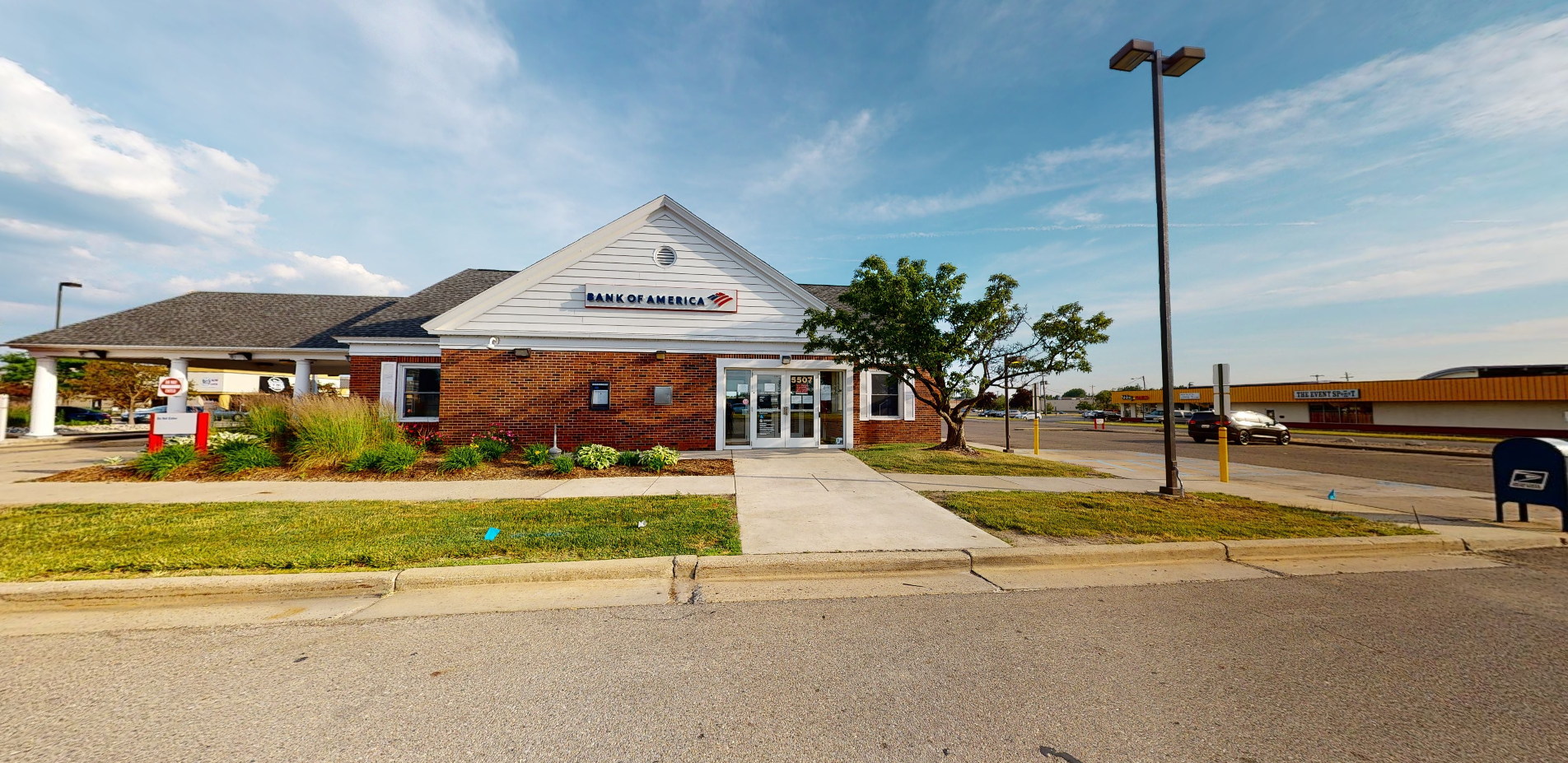 Bank of America financial center with drive-thru ATM | 5507 W Saginaw Hwy, Lansing, MI 48917