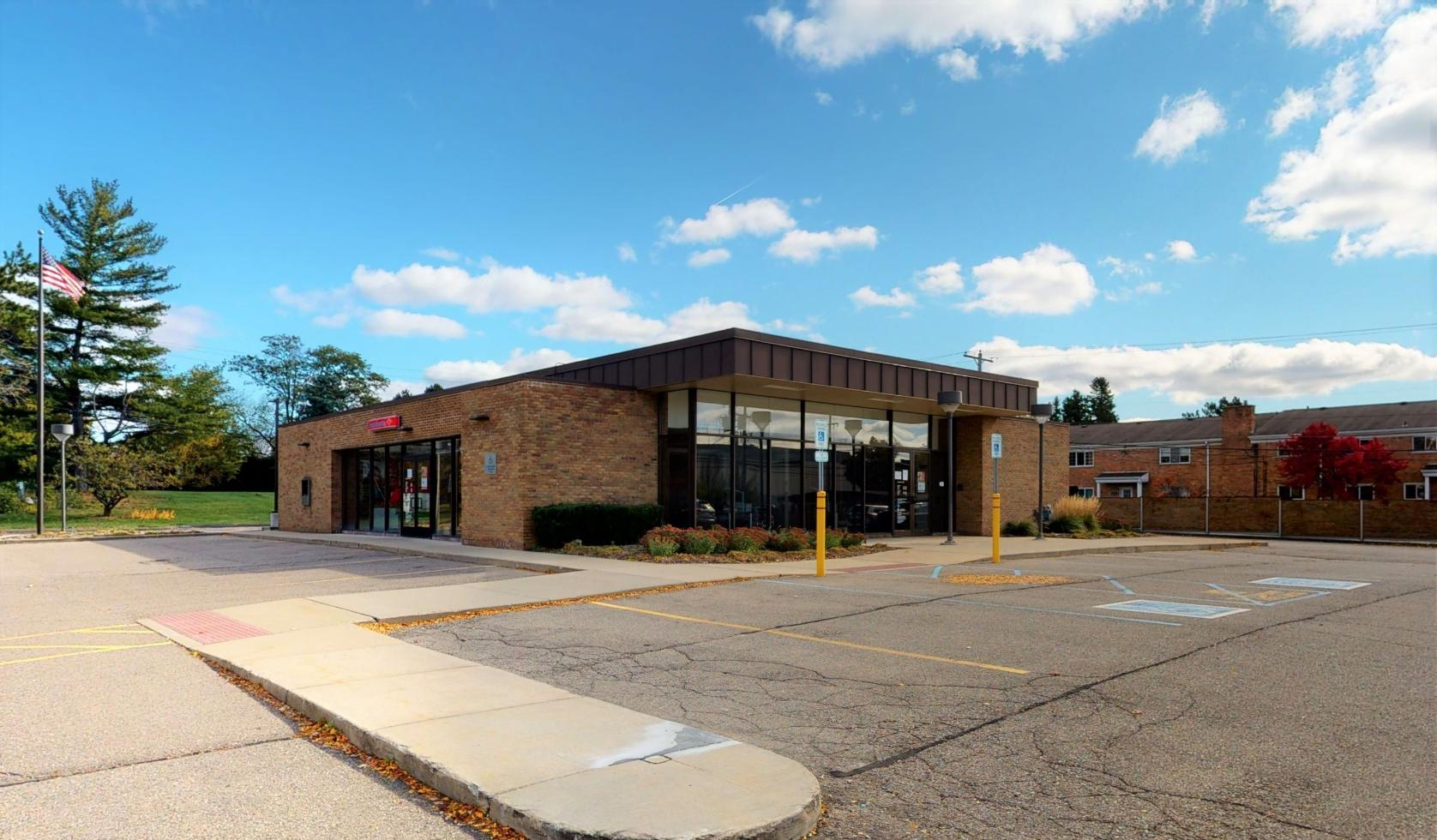 Bank of America financial center with drive-thru ATM and teller | 825 W Long Lake Rd, Bloomfield Hills, MI 48302