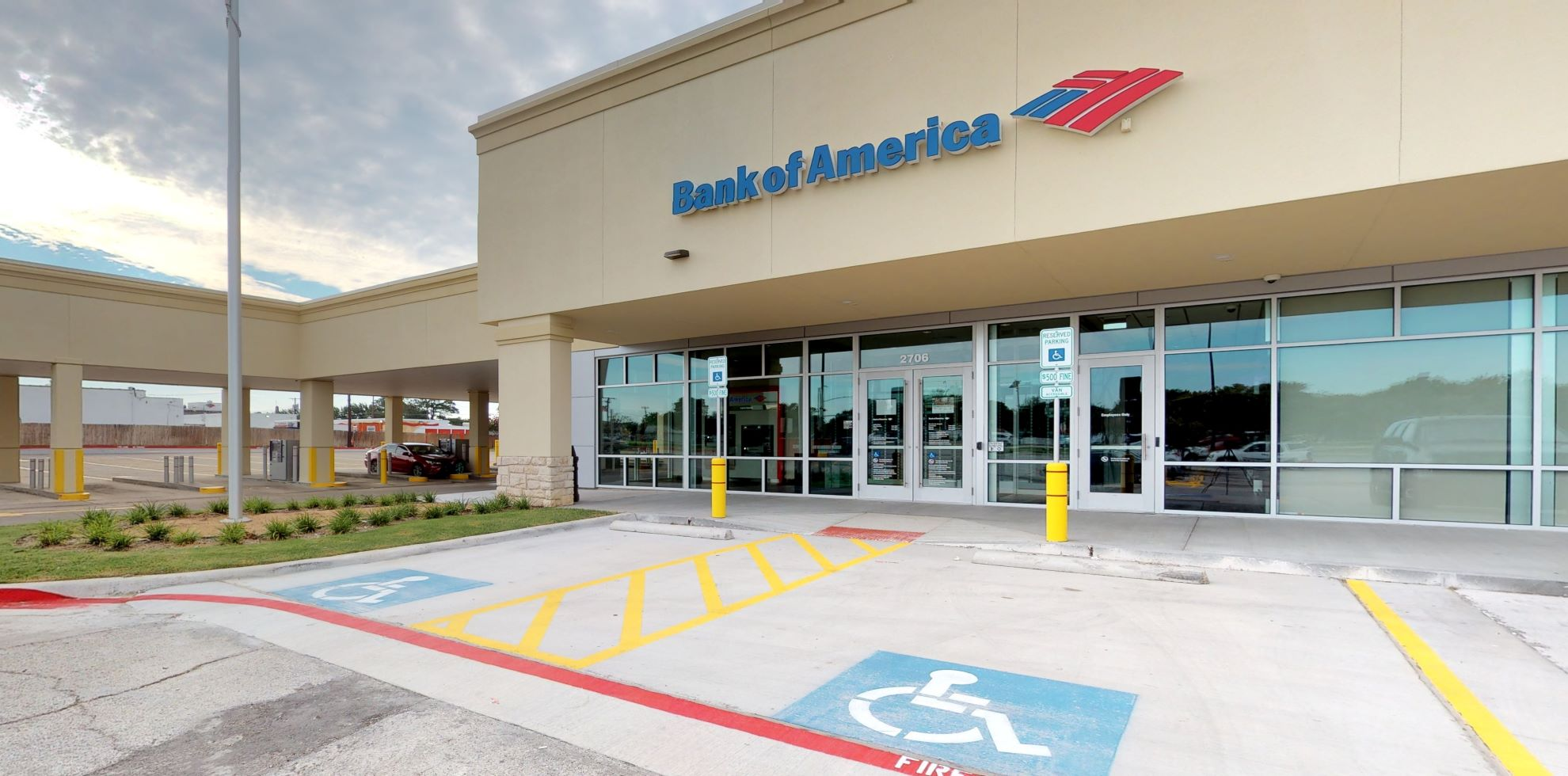 Bank of America financial center with drive-thru ATM | 2706 W Irving Blvd, Irving, TX 75061