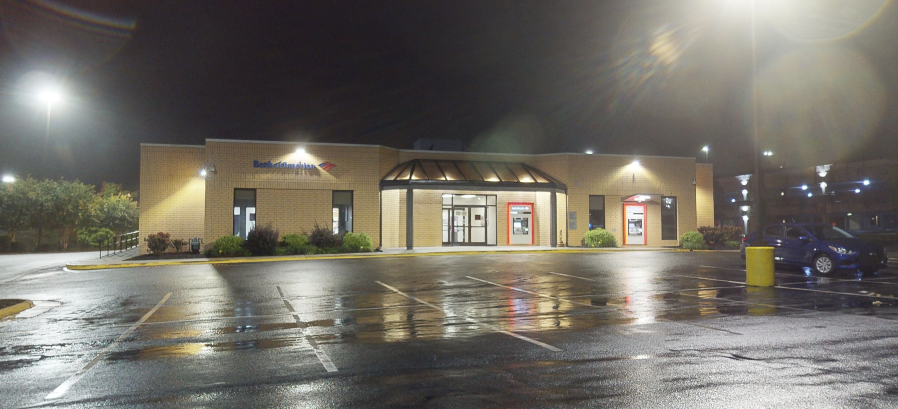 Bank of America financial center with drive-thru ATM and teller | 2105 Pinecroft Rd, Greensboro, NC 27407